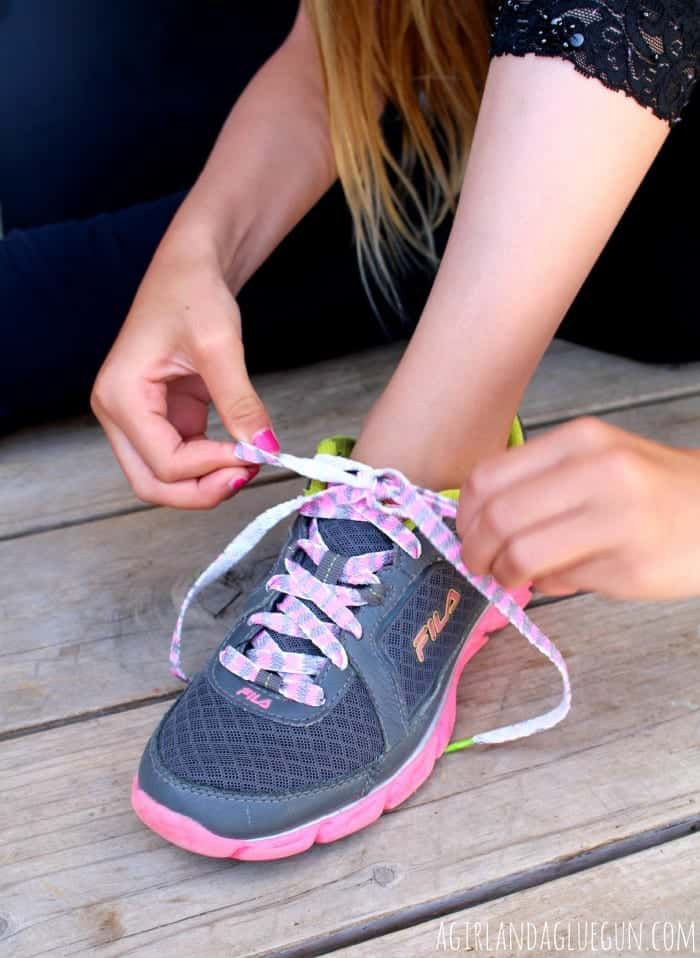 decorating shoelaces with sharpies...fun kid craft