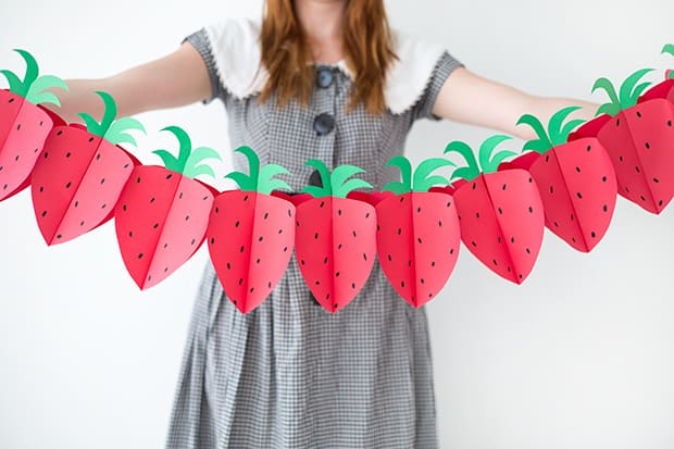diy-paper-strawberry-garland-ehow4