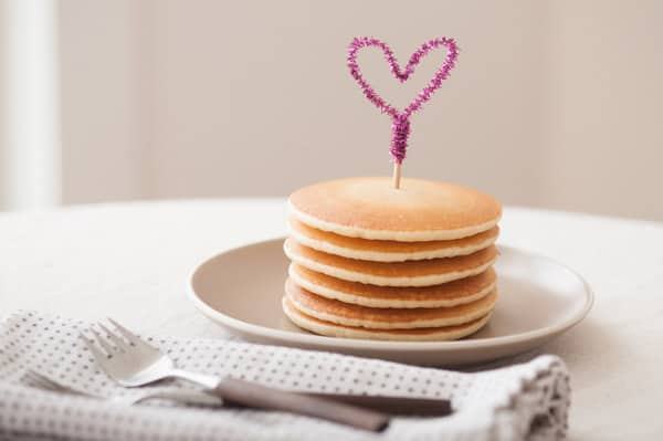 1-DIY-Pipe-Cleaner-Heart-Pancake-Topper (1)