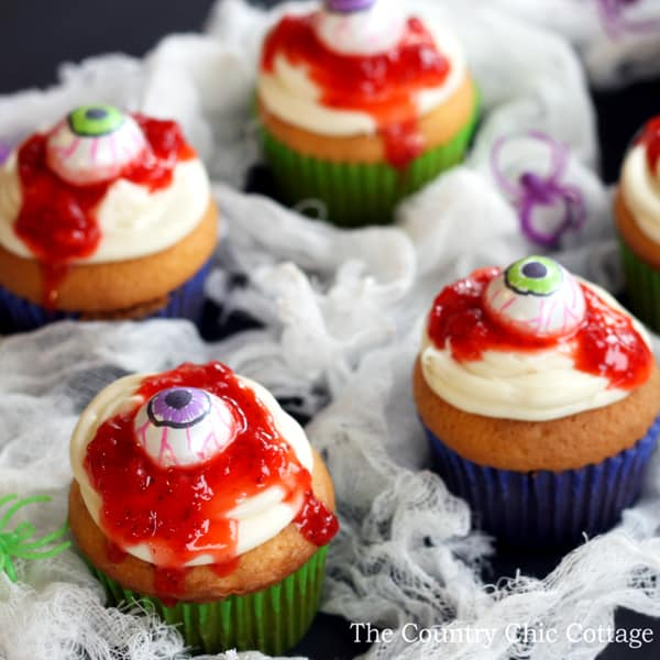bloody-eye-cupcakes-for-halloween-001