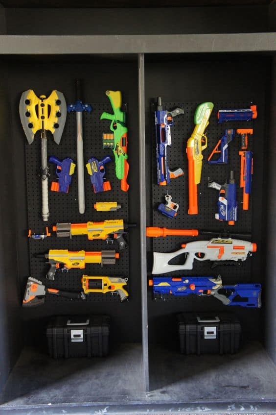 A whole wall devoted to the guns · 95d73322edbd112c6f02ec7ffacb8942